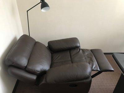 Продам кожаное кресло-реклайнер