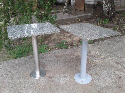 Стол для кафе с гранитной столешницей имеет нержавеющую стой