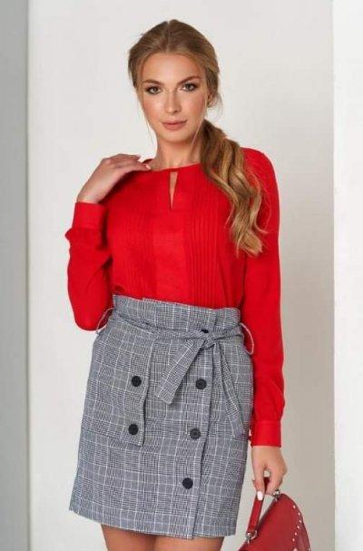 Женская блузка со складками по переду и длинными рукавами