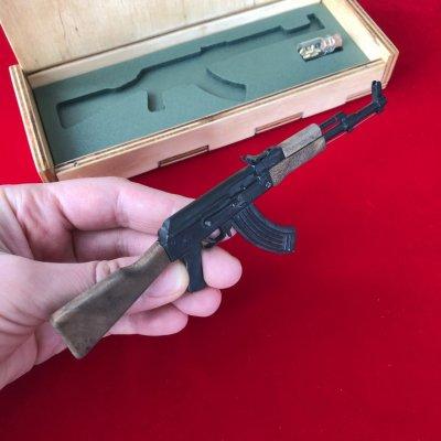 Продам Действующую миниатюрную модель АК-47 с деревянными накладкам под 2мм патрон
